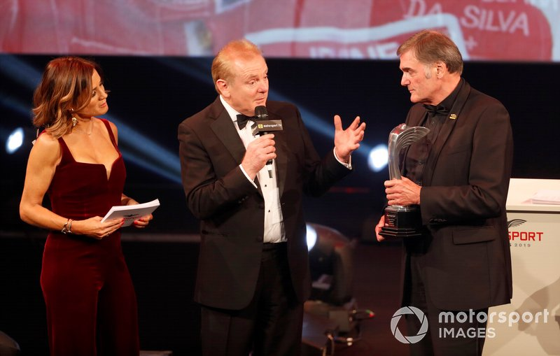 Dick Bennetts riceve il Gregor Grant Award da Jonathan Palmer