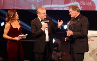 Dick Bennetts ontvangt de Gregor Grant Award van Jonathan Palmer