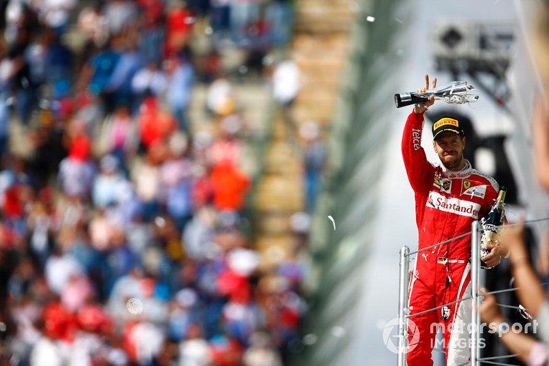 Sebastian Vettel, Ferrari, terzo classificato, con il suo trofeo e lo Champagne al GP del Messico del 2016