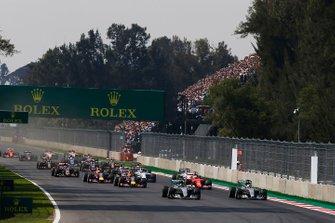 Nico Rosberg, Mercedes F1 W06 Hybrid, en Lewis Hamilton, Mercedes F1 W06 Hybrid, voert het veld aan
