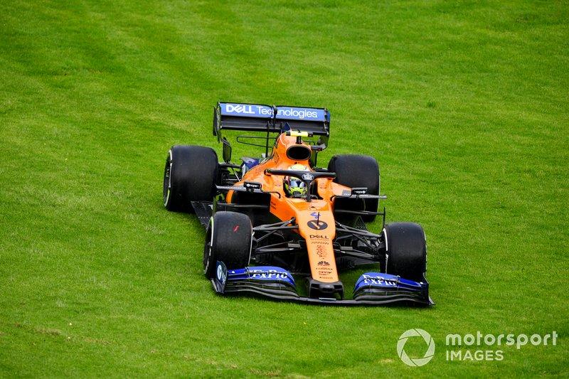 Lando Norris, McLaren MCL34 sobre el pasto