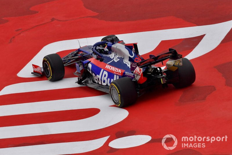 Daniil Kvyat, Toro Rosso STR14, leaves the track