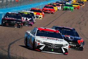 Kyle Busch, Joe Gibbs Racing, Toyota Camry Sport Clips, Clint Bowyer, Stewart-Haas Racing, Ford Mustang Mobil 1 / HAAS CNC