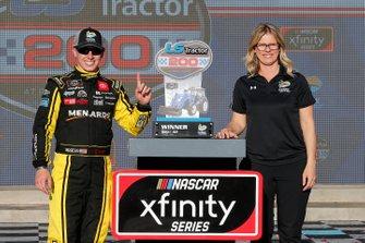 Ganador Brandon Jones, Joe Gibbs Racing, Toyota Supra Menards/Turtle Wax celebra