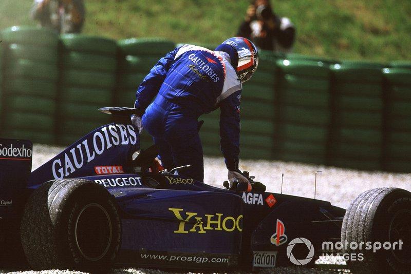Жан Алези, Prost Peugeot AP03, после столкновения со своим напарником Ником Хайдфельдом на Гран При Австрии 2000 года