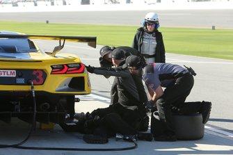 #3 Membri del team Corvette Racing al lavoro sulla sospensione posteriore