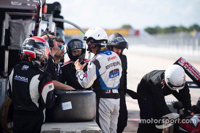 #2 ANSA Motorsports miembros del equipo con un miembro oficial de IMSA