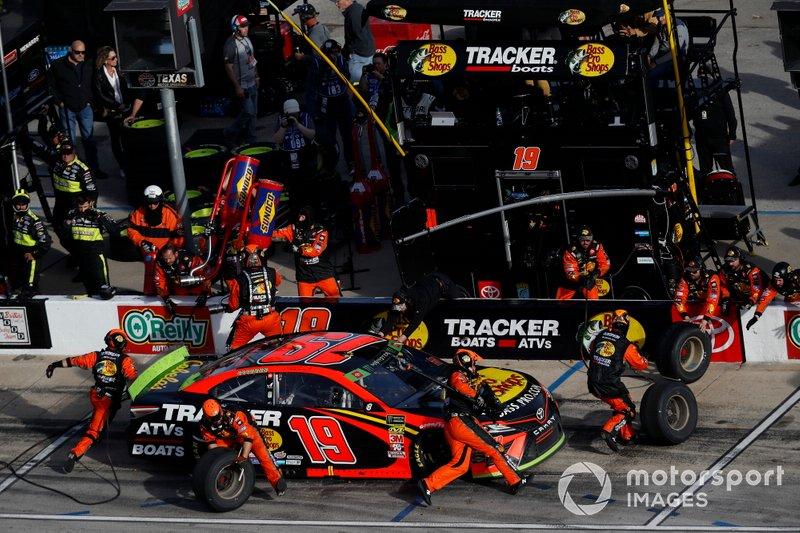 Martin Truex Jr., Joe Gibbs Racing, Toyota Camry Bass Pro Shops, pit stop