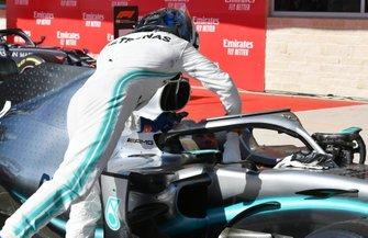 Le vainqueur Valtteri Bottas, Mercedes AMG F1, félicite le deuxième, Lewis Hamilton, Mercedes AMG F1, à son arrivée dans le Parc Fermé