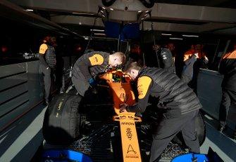 Lando Norris, McLaren MCL35 in thee garage with mechanics