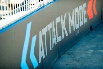 Señalización de modo de ataque en el lateral de la pista