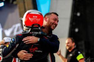 Stephen Lane, Envision Virgin Racing, Ingeniero Senior de Carreras felicita al ganador de la carrera Sam Bird, Virgin Racing