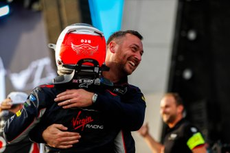 Stephen Lane, Envision Virgin Racing, Senior Race Engineer congratulates race winner Sam Bird, Virgin Racing