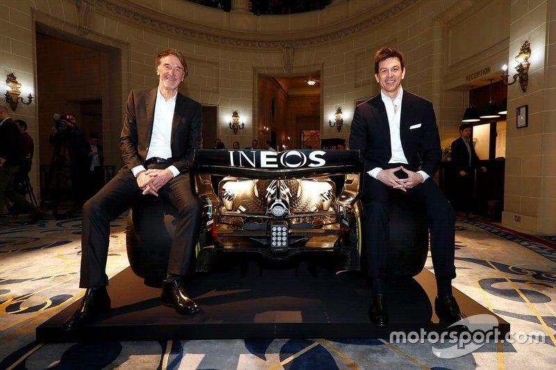 Руководитель Mercedes AMG F1 Тото Вольф и исполнительный директор Ineos Джим Рэтклифф