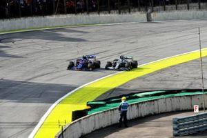 Pierre Gasly, Toro Rosso STR14 and Lewis Hamilton, Mercedes AMG F1 W10
