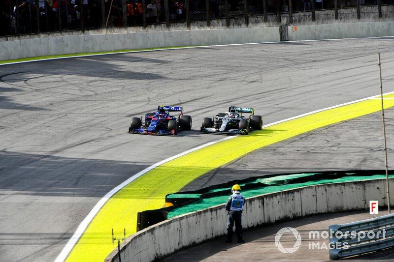 Pierre Gasly, Toro Rosso STR14 y Lewis Hamilton, Mercedes AMG F1 W10