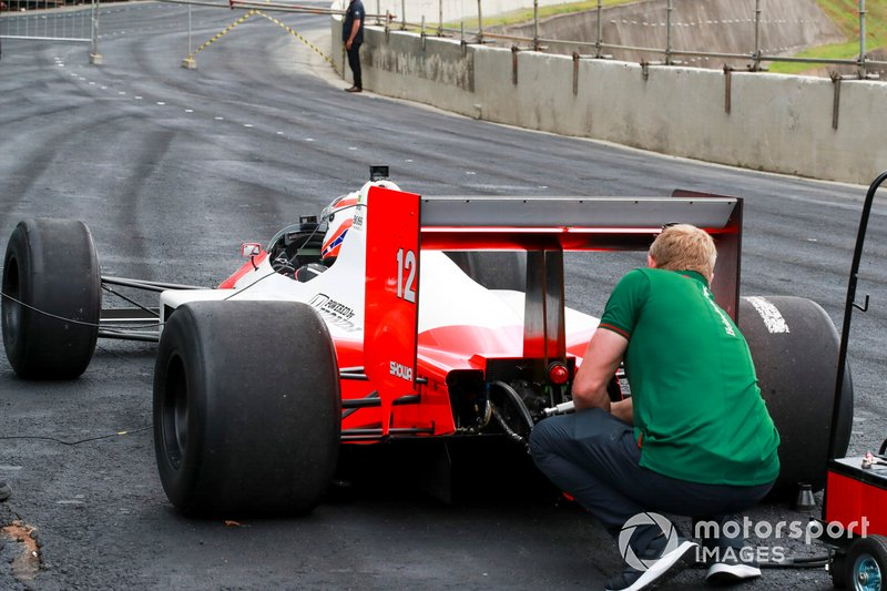 Martin Brundle, Sky TV, pilote la McLaren MP4/4