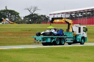 Эвакуация с трассы автомобиля Williams FW42 Роберта Кубицы
