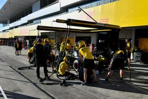 Pit stop practice on the Renault R.S.19