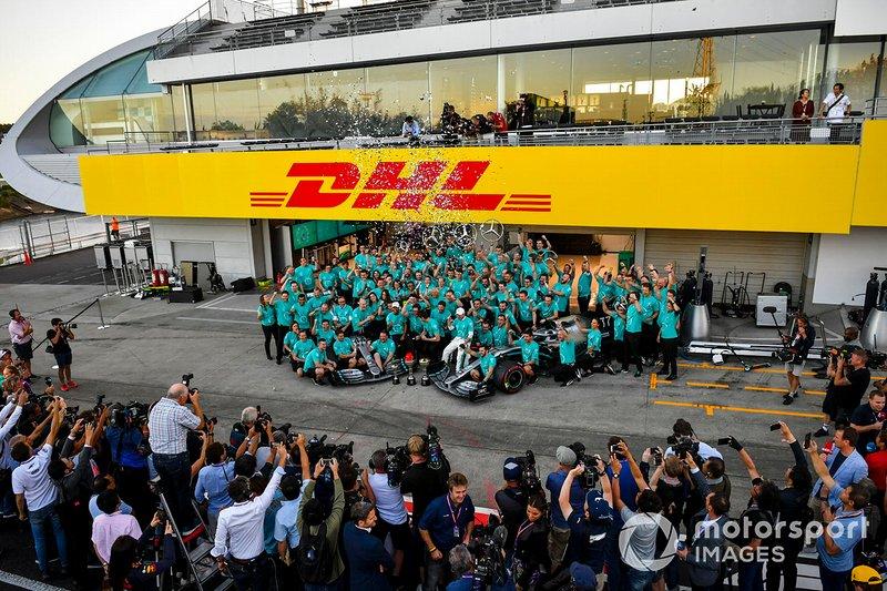 El equipo Mercedes AMG F1 lo celebra durante la fotografía del equipo