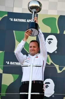 Eric Blandin, jefe de aerodinámica de Mercedes AMG con el trofeo de constructores
