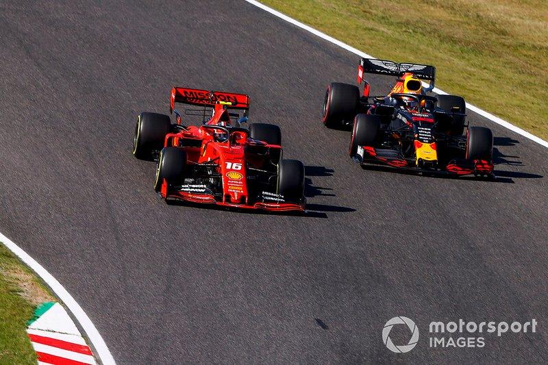Charles Leclerc, Ferrari SF90, lotta con Max Verstappen, Red Bull Racing RB15, nel giro d'apertura