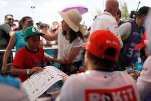 Felipe Massa, Venturi signs autographs for fans