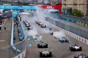 Sam Bird, Jaguar Racing, Jaguar I-TYPE 5, Mitch Evans, Jaguar Racing, Jaguar I-TYPE 5, lead the field away at the start