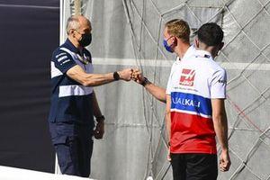 Franz Tost, Team Principal, AlphaTauri, e Mick Schumacher, Haas F1