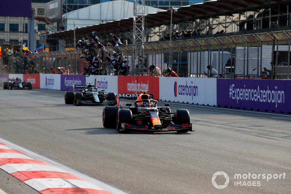 Sergio Pérez, Red Bull Racing RB16B, 1ª posición, Sebastian Vettel, Aston Martin, 2ª posición, y Pierre Gasly, AlphaTauri, 3ª posición, cruzan la meta