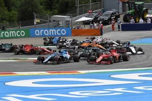 Valtteri Bottas, Mercedes W12, Fernando Alonso, Alpine A521, Charles Leclerc, Ferrari SF21, Lance Stroll, Aston Martin AMR21, and the remainder of the field on the opening lap