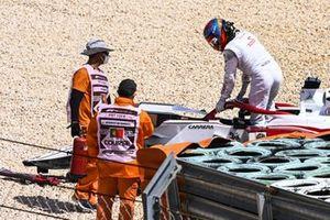 Кими Райкконен, Alfa Romeo Racing C41, выбирается из поврежденной в аварии машины