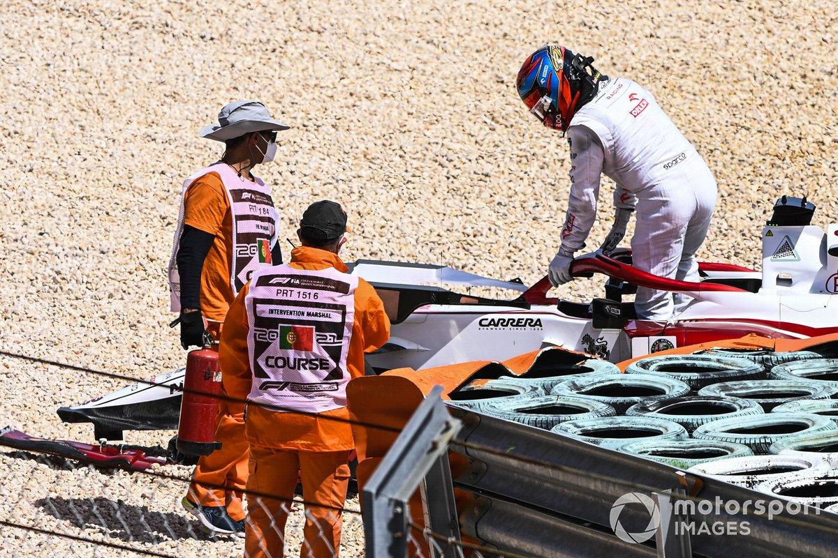 Kimi Raikkonen, Alfa Romeo Racing C41, se baja de su coche tras el accidente