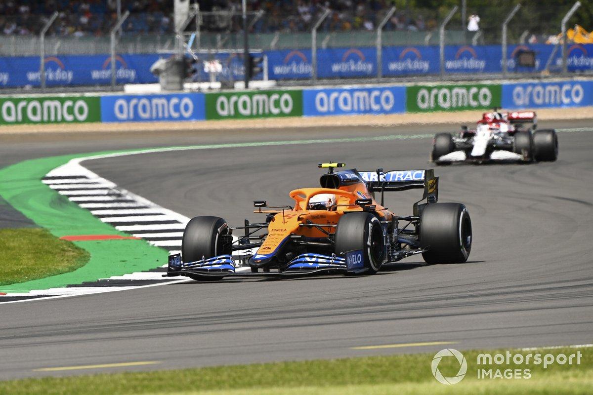 Lando Norris, McLaren MCL35M, Kimi Raikkonen, Alfa Romeo Racing C41