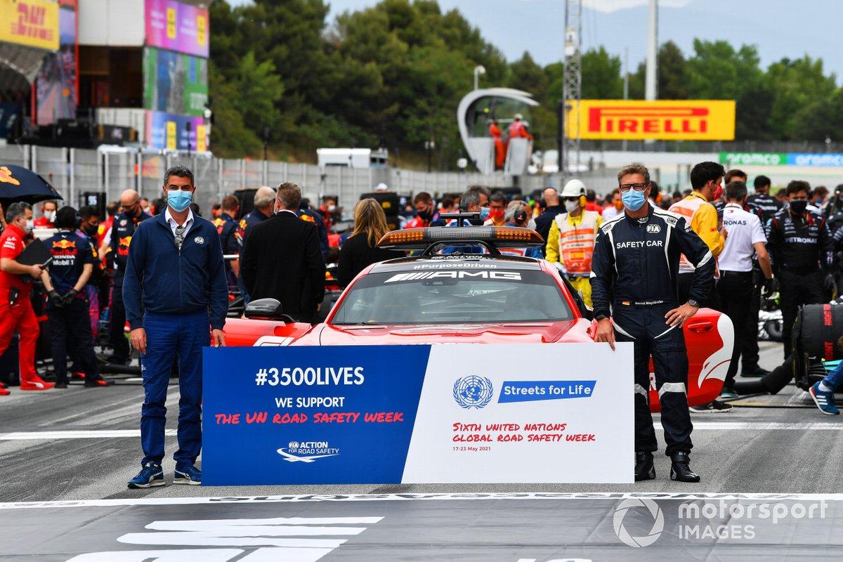 Michael Masi, director de carrera de la FIA, y Bernd Maylander, piloto del coche de seguridad, en la parrilla en la campaña de seguridad vial de la FIA