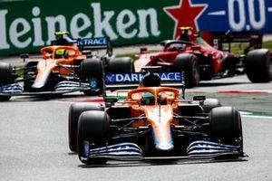 Daniel Ricciardo, McLaren MCL35M, Lando Norris, McLaren MCL35M, en Carlos Sainz Jr., Ferrari SF21