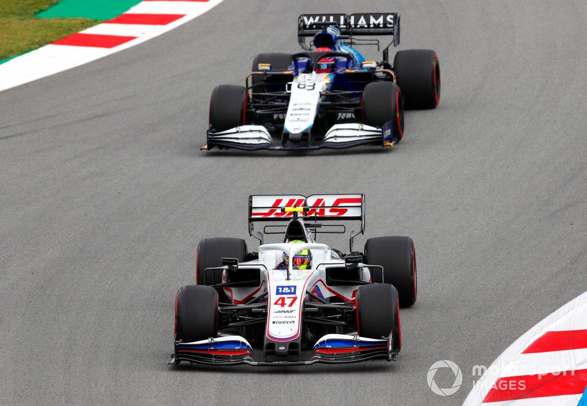 Mick Schumacher, Haas VF-21, precede George Russell, Williams FW43B