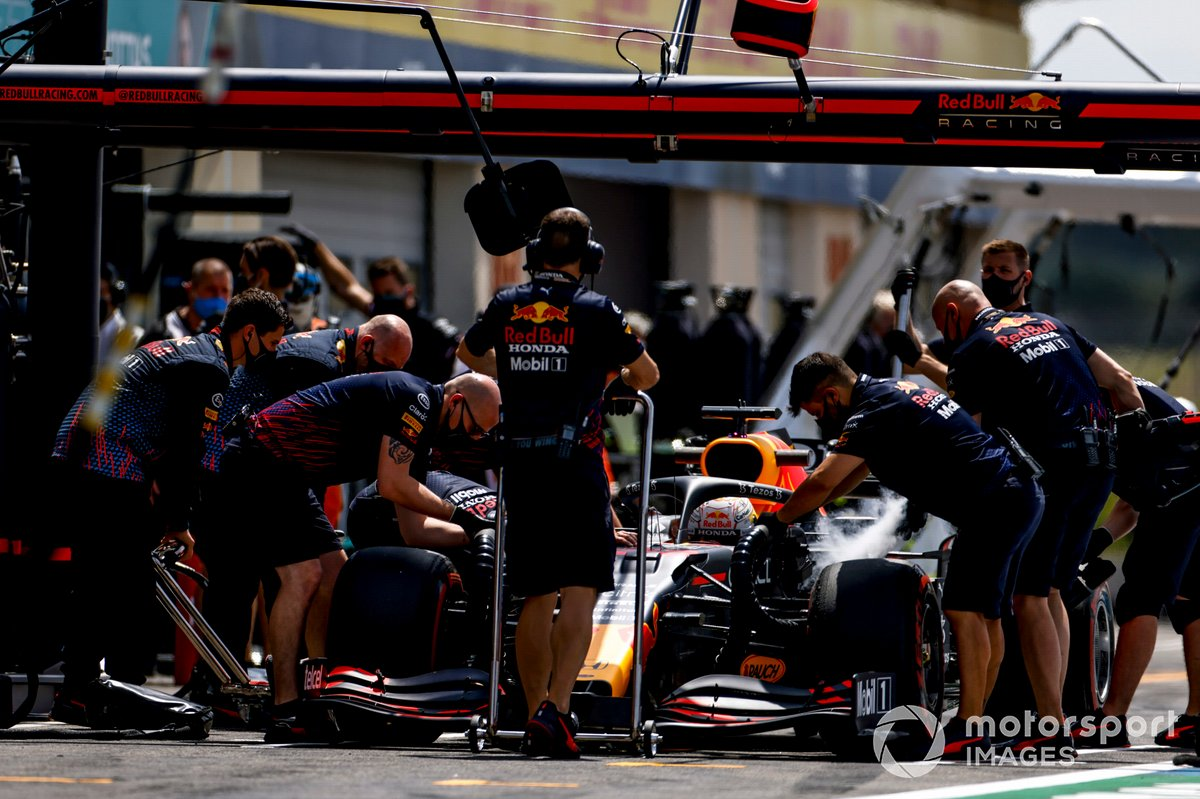 Max Verstappen, Red Bull Racing RB16B, en pits