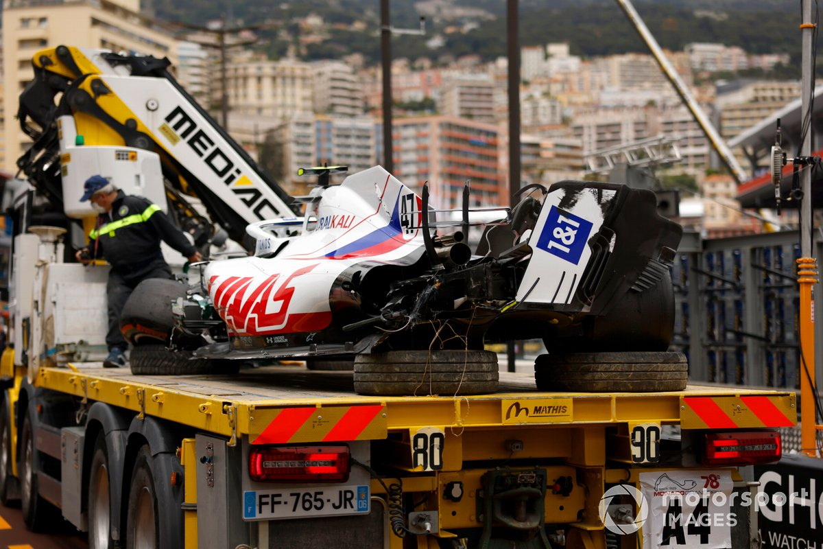 El coche dañado de Mick Schumacher, Haas VF-21, en una grúa