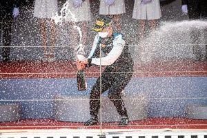 Winnaar Guanyu Zhou, Uni-Virtuosi Racing op het podium