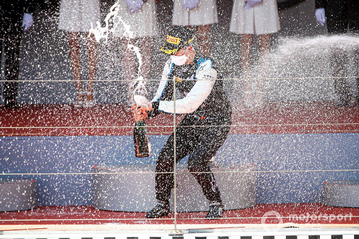 Il vincitore della gara Guanyu Zhou, Uni-Virtuosi Racing festeggia sul podio con lo champagne