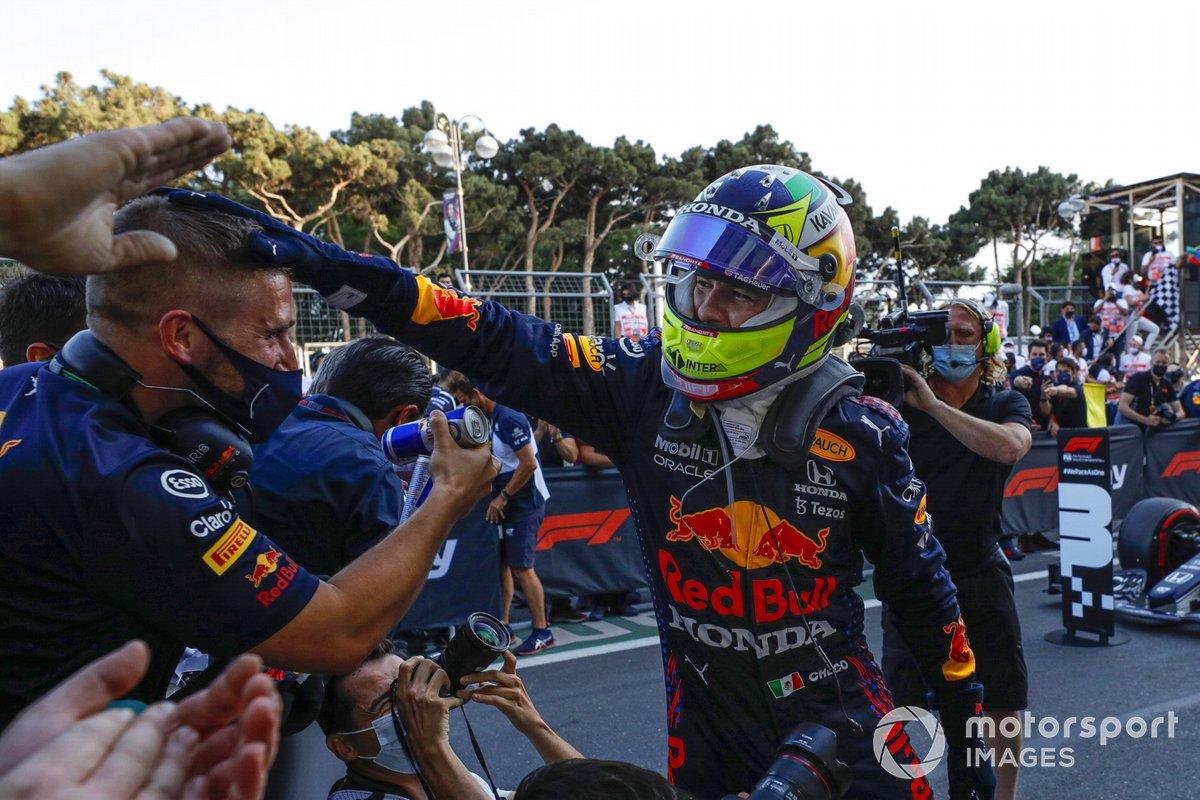 Ganador Sergio Pérez, Red Bull Racing, celebra en Parc Ferme