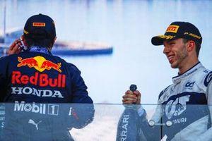 Sergio Perez, Red Bull Racing, 1° classificato, e Pierre Gasly, AlphaTauri, 3° classificato, sul podio