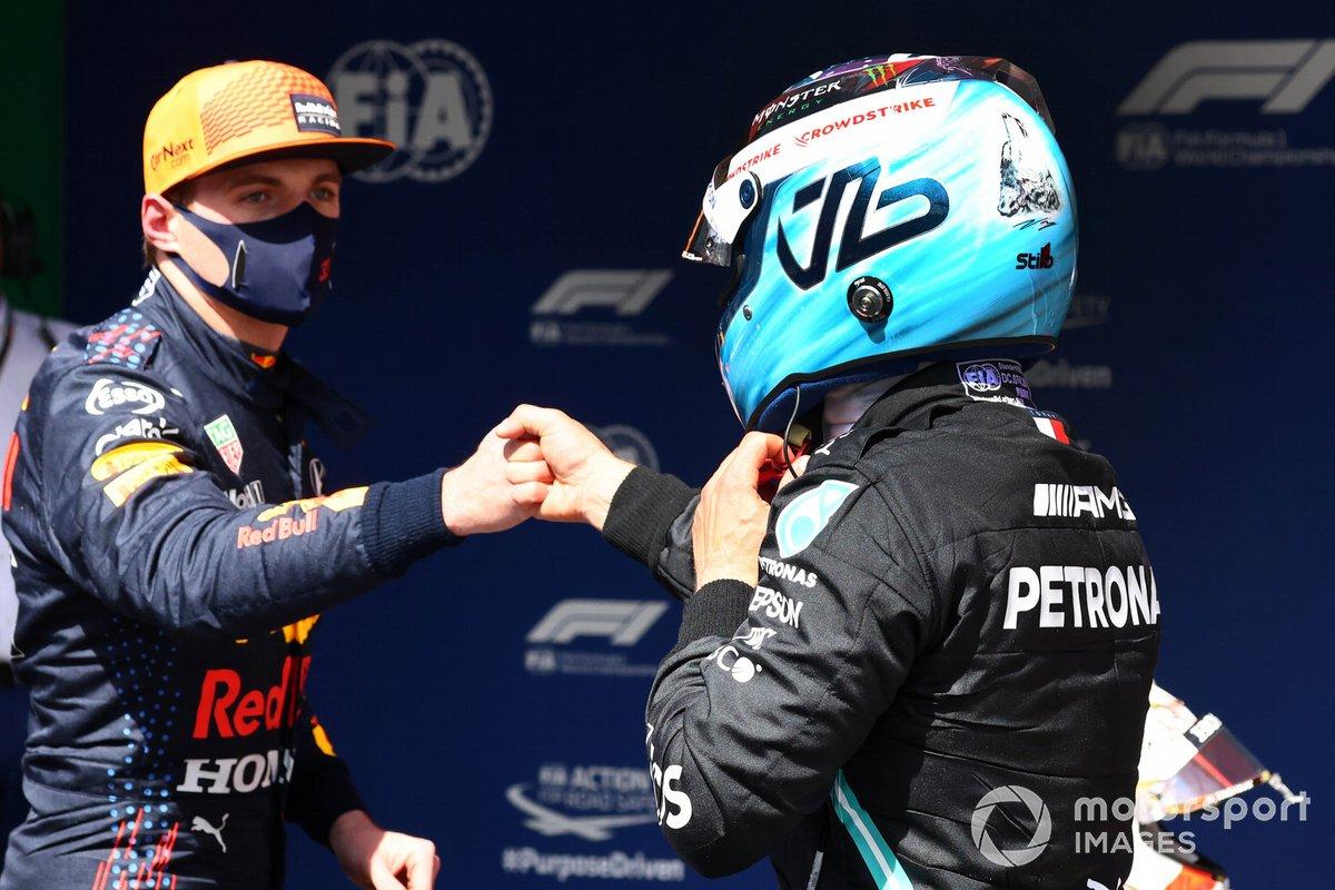 Pole man Valtteri Bottas, Mercedes, festeggia al Parc Ferme con Max Verstappen, Red Bull Racing