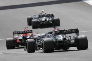 Valtteri Bottas, Mercedes W12, Max Verstappen, Red Bull Racing RB16B, en Lewis Hamilton, Mercedes W12