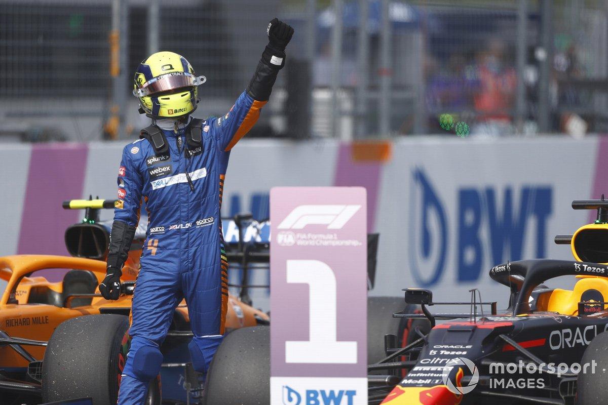 Segundo puesto Lando Norris, McLaren, celebra en Parc Ferme