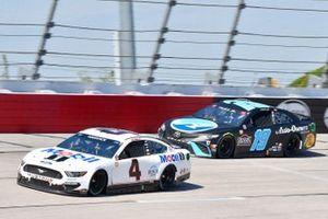 Kevin Harvick, Stewart-Haas Racing, Ford Mustang Mobil 1 Throwback, Martin Truex Jr., Joe Gibbs Racing, Toyota Camry Auto-Owners Insurance