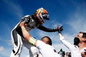 Ganador Edoardo Mortara, Venturi Racing, celebra con el equipo