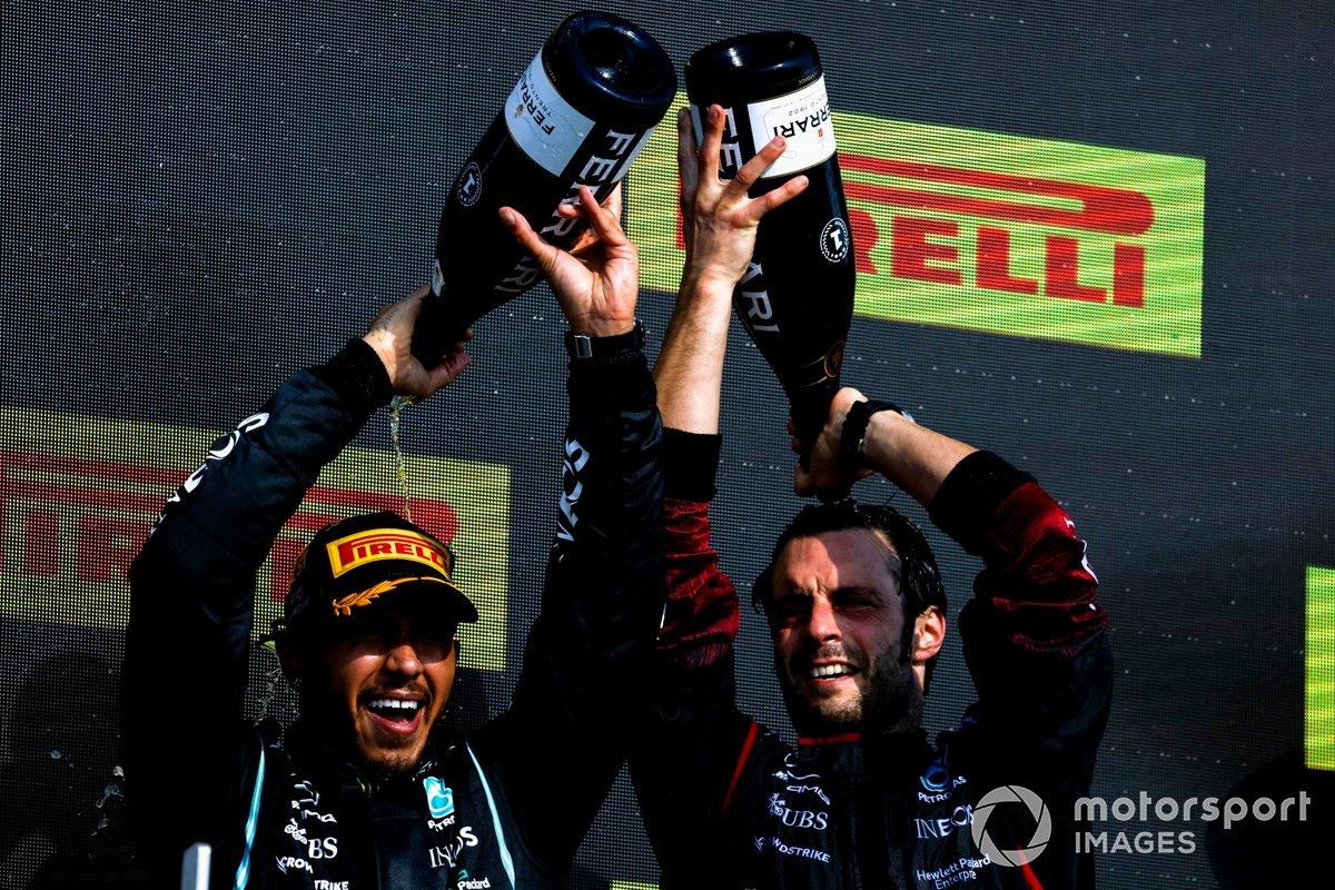 Lewis Hamilton, Mercedes, primo classificato, festeggia con il compagno di squadra sul podio