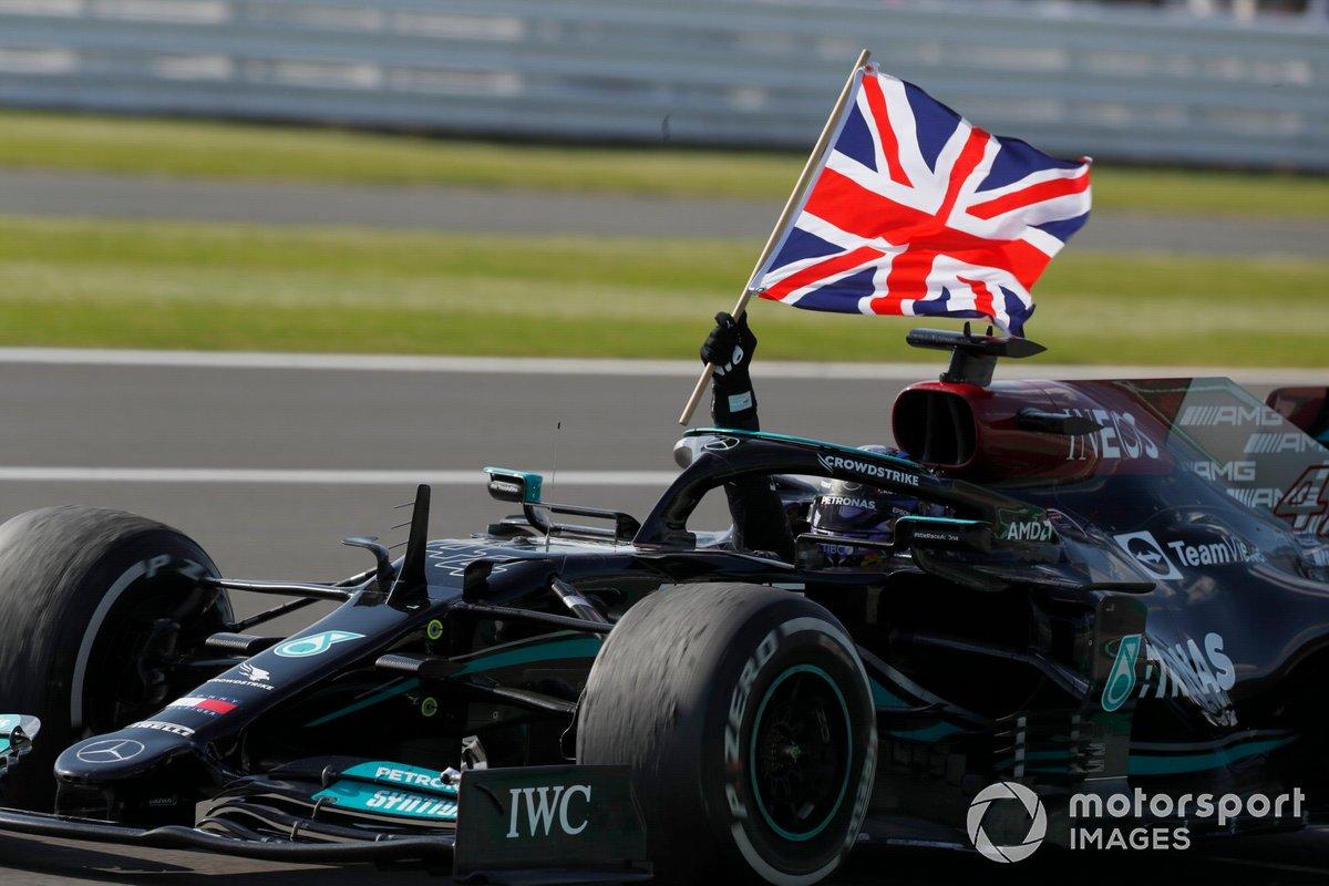 Lewis Hamilton, Mercedes W12, primo classificato, sventola la bandiera della Gran Bretagna dal cockpit sulla sua strada per il Parc Ferme